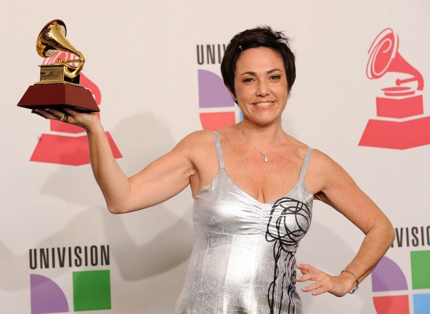 Claudia Brant sostiene el Grammy Latino que se llevó en el 2009.