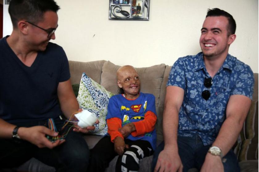 Julián Reynoso, de 10 años, con los estudiantes de ingeniería, Austin Conrad a la izquierda, y Ryan Kissinger. (Dania Maxwell / Los Angeles Times)