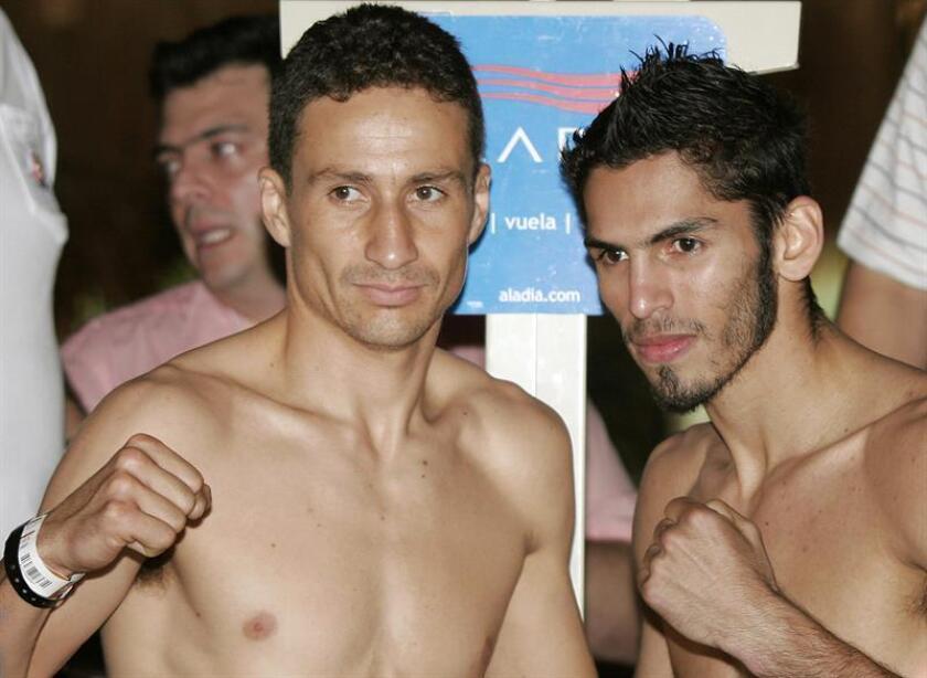 El boxeador mexicano Gamaliel Díaz (i) posa junto al campeón pluma del Consejo Mundial de Boxeo (CMB), el venezolano Jorge Linares (d). EFE/Archivo