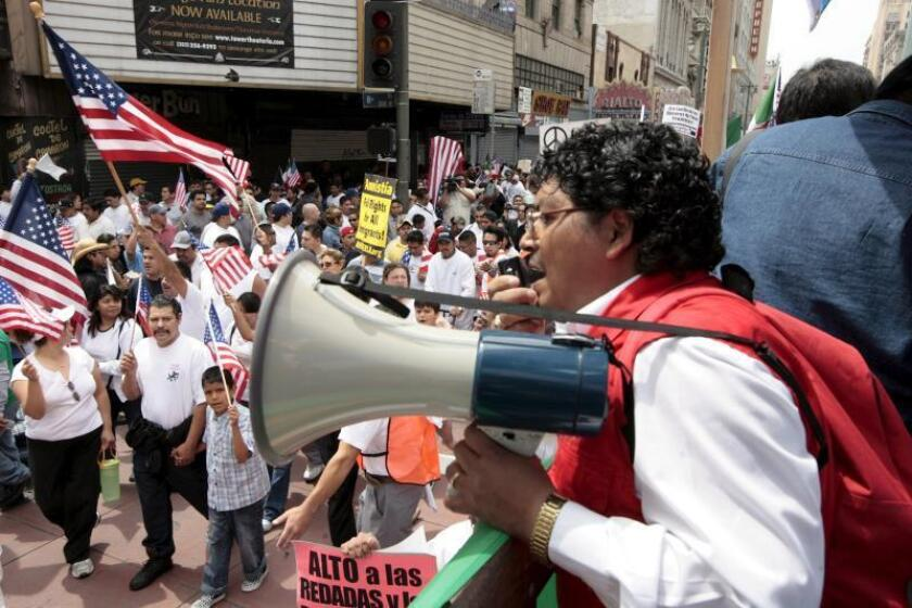 """Norma sobre """"carga pública"""" impactará a 2 millones de personas en California"""