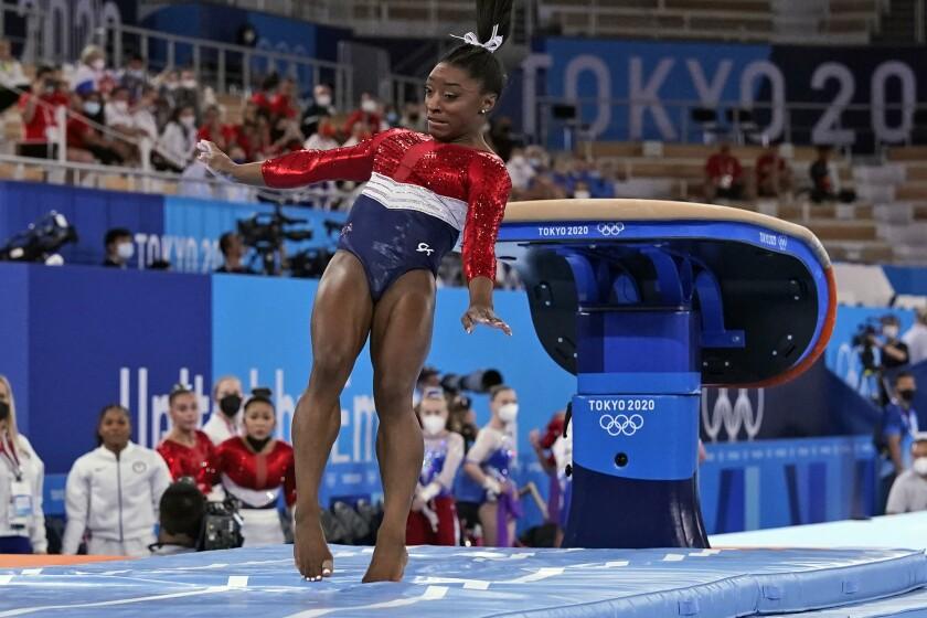 La estadounidense Simone Biles aterriza durante su rutina en el potro del concurso de equipos