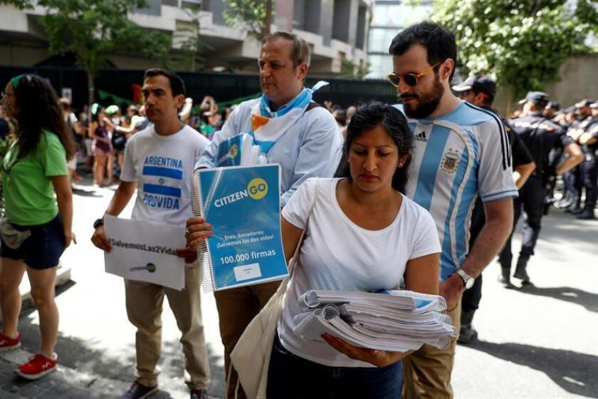 Miembros de la plataforma CitizenGO momentos antes de entregar 100.000 firmas en la embajada de Argentina en Madrid contra la legalización del aborto en ese país. EFE/Archivo