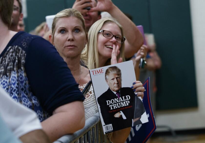 Seguidores escuchaan al candidato republicano Donald Trump en Windham, New Hampshire, 6 de agosto de 2016. (AP Foto/Evan Vucci)