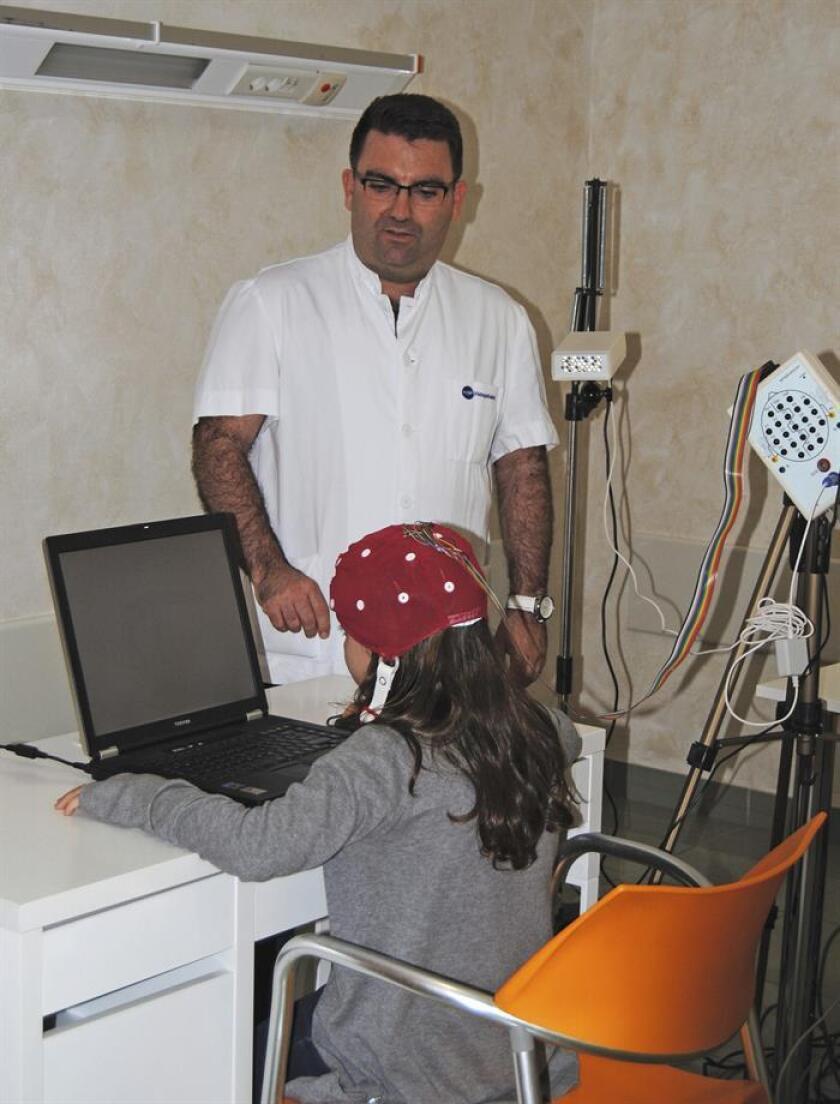 Fotografía facilitada por el Hospital USP San Jaime de Torrevieja, cuyo nuevo servicio de Neurometría, único en la Comunidad Valenciana, trata, entre otras patologías, la hiperactividad, que está detrás de entre el diez y el veinte por ciento de los trastornos de conducta infantiles, como el fracaso escolar o el déficit de atención (TDAH). EFE/Archivo