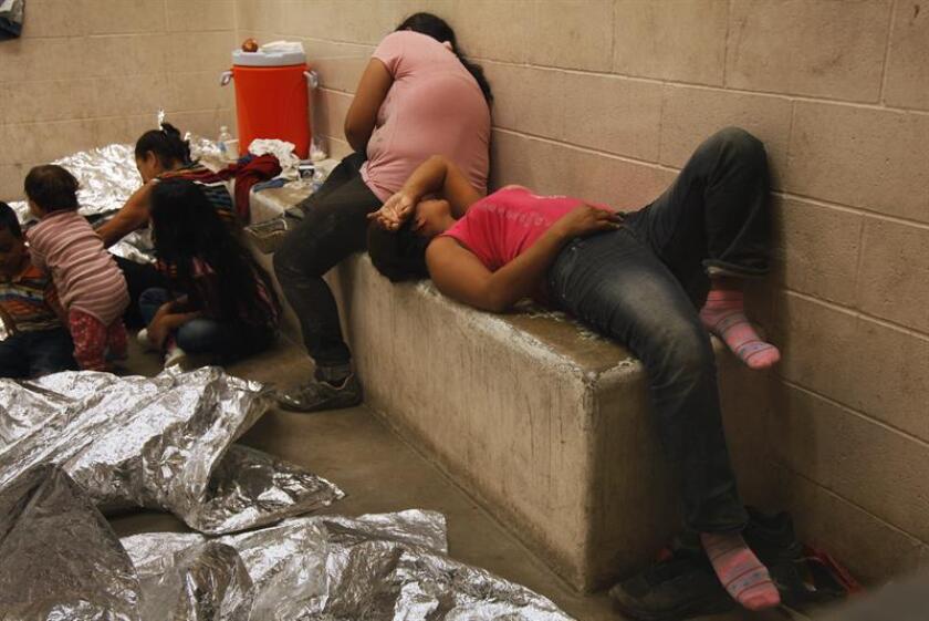 Vista de inmigrantes que han cruzado ilegalmente la frontera, detenidos para ser procesados dentro de una estación de la Patrulla Fronteriza de McAllen, Texas (EEUU. EFE/Archivo