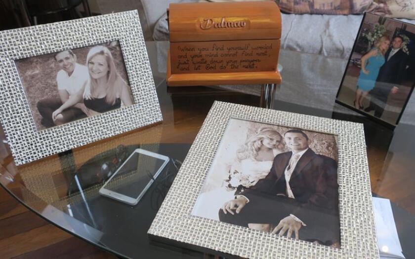 Fotografía fechada el 29 de agosto de 2018 que muestra imágenes de la española Pilar Garrido en compañía de su esposo Jorge Fernández, junto a una caja de madera, obsequio para su hijo Dalmau, hecha por de los reclusos del penal en Ciudad Victoria, en el estado de Tamaulipas (México). EFE