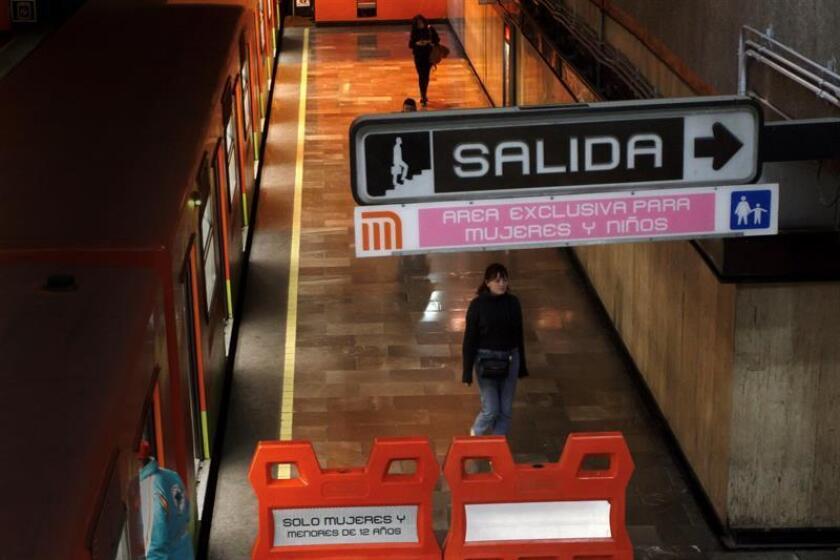 Fotografía fechada este 12 de febrero de 2019, que muestra una vista general de un andén restringido solo para uso de mujeres y niños menores de 12 años del Sistema de Transporte Colectivo (METRO), en Ciudad de México (México). EFE
