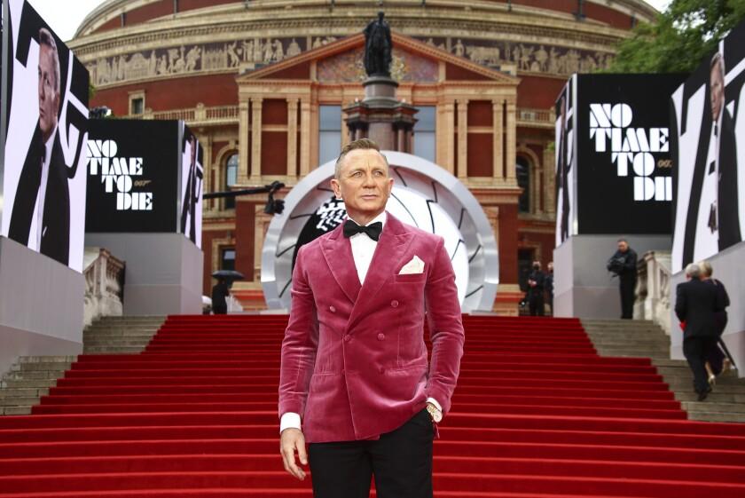 """Daniel Craig posa al llegar al estreno mundial de la película de James Bond """"No Time To Die"""""""