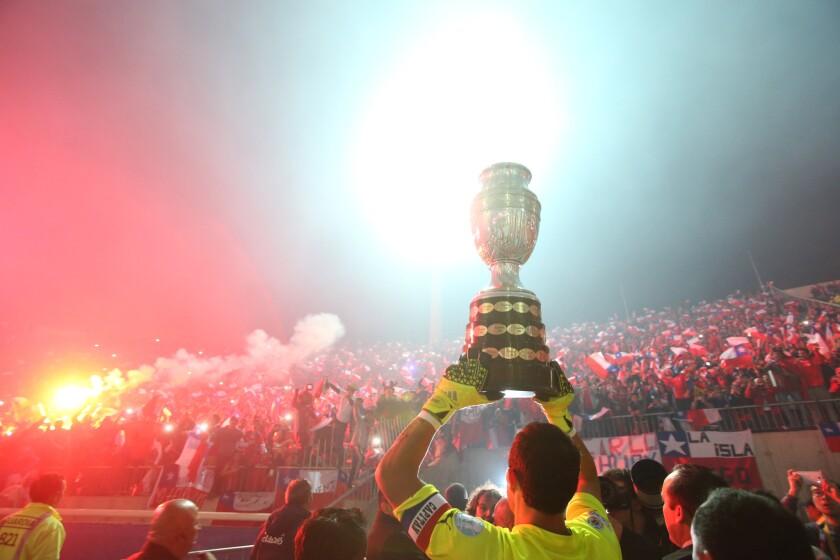 El portero chileno Claudio Bravo brinda a los fans el trofeo de la Copa America, tras vencer a Argentina.