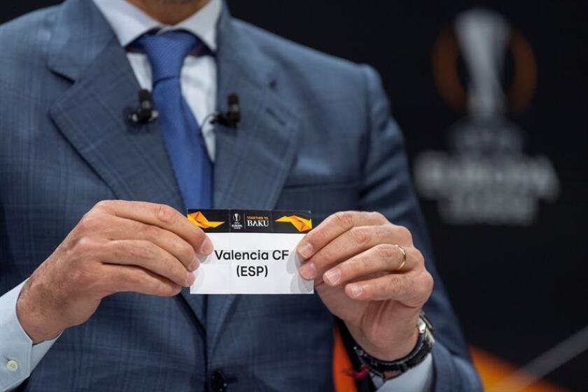 El exfutbolista español Andrés Palop, embajador de la UEFA Liga Europa, muestra la papeleta del Valencia CF, durante el sorteo de la ronda de octavos de final de la Liga Europa, en la sede de la UEFA en Nyon (Suiza), este viernes. EFE