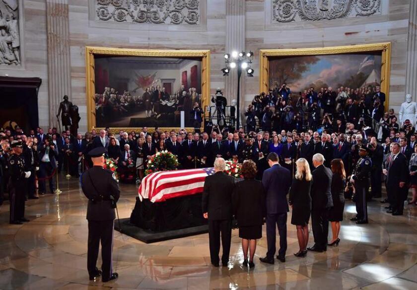 El vicepresidente de estadounidense, Mike Pence (2d), su mujer Karen (d), el presidente de la Cámara de Representantes, Paul Ryan (4d), y su mujer Janna (3d) presentan sus respetos ante el féretro del fallecido John McCain en la Rotonda del Capitolio en Washington DC (Estados Unidos) hoy, 31 de agosto de 2018. El féretro del senador republicano John McCain, fallecido el pasado sábado a los 81 años, llegó hoy a Washington, donde se esperan tres días de tributos al prestigioso legislador, incluido su entierro privado este domingo. EFE/Pool