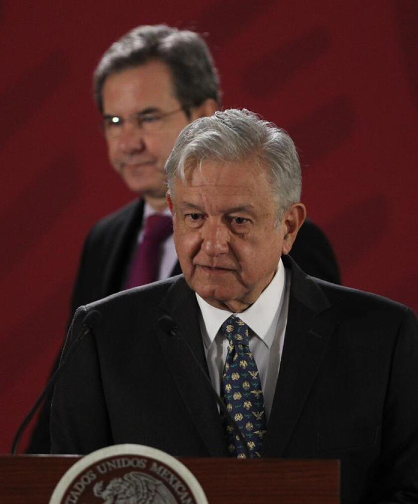 El presidente de México, Andrés Manuel López Obrador, acompañado del secretario de Educación, Esteban López Moctezuma (detrás), ofrece hoy una rueda de prensa en el Palacio Nacional de Ciudad de México (México). EFE