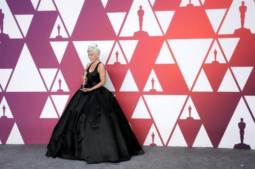 """La cantante y actriz Lady Gaga posa con la estatuilla a la mejor canción original por """"Shallow"""" de la película Ha nacido una estrella durante los Premios Óscar, este domingo, en Hollywood, California (Estados Unidos). EFE/"""