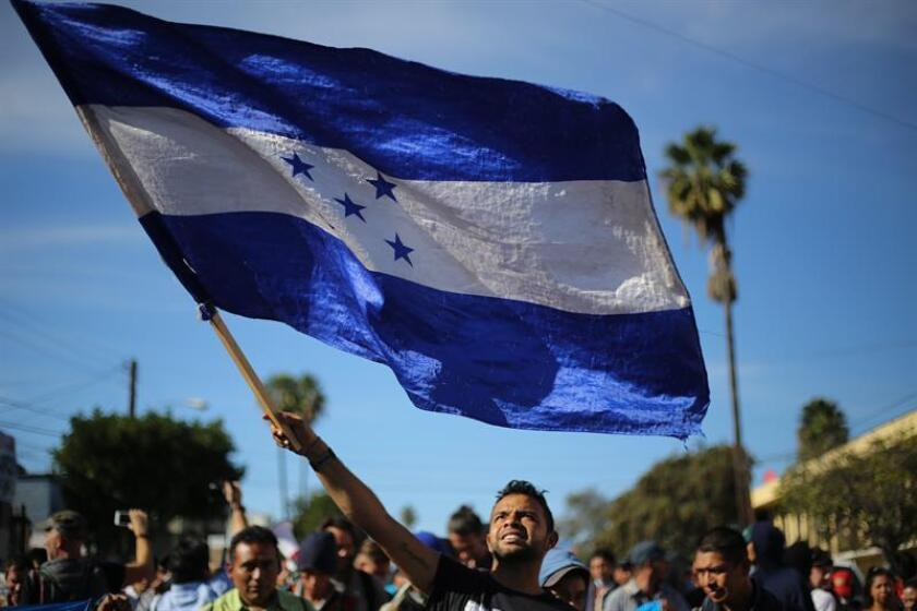 Grupos de personas tratan de cruzar la garita El Chaparral, de la ciudad de Tijuana, en el estado de Baja California (México). EFE