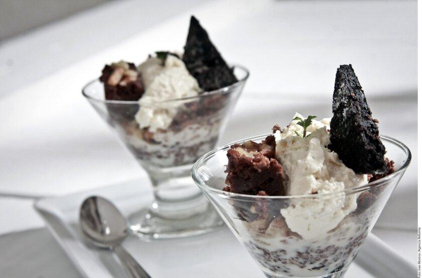 Si de postres se trata de los mejores es el cheesecake con galleta oreo servido en pequeñas porciones.