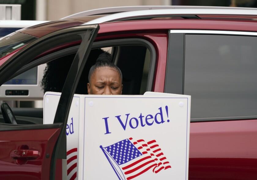 Una mujer emite su voto el jueves 15 de octubre de 2020, desde su vehículo