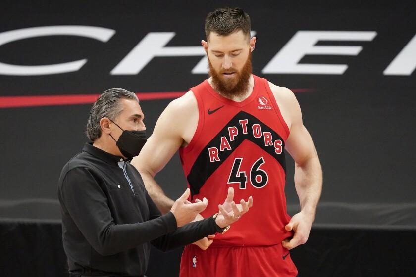 El entrenador asistente de los Raptors de Toronto Sergio Scariolo charla con el centro Aron Baynes (46).
