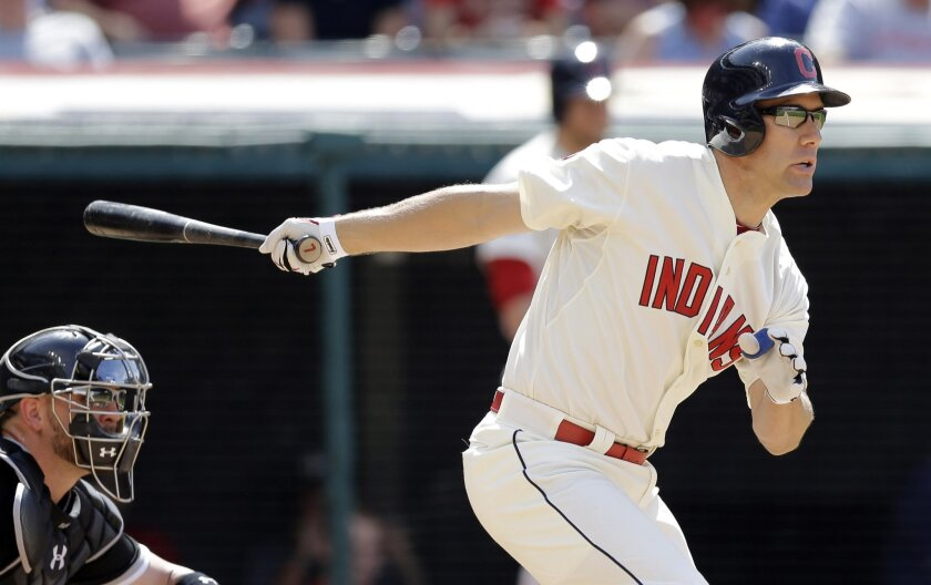 Cleveland Indians' David Murphy, right, grounds out in the ninth inning of a baseball game against the Chicago White Sox, Sunday, July 26, 2015, in Cleveland. Giovanny Urshela scored on the play. White Sox catcher Tyler Flowers looks on. The White Sox won 2-1. (AP Photo/Tony Dejak)