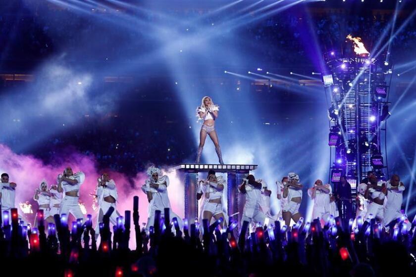 La cantante Lady Gaga actúa en el descanso de la 51 edición de la Super Bowl celebrada en el campo NRG de la ciudad de Houston. EFE