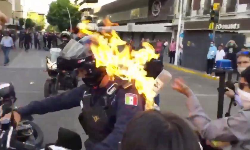 Un individuo vació líquido inflamable en la espalda a un policía y le prendió fuego, en Guadalajara, México.