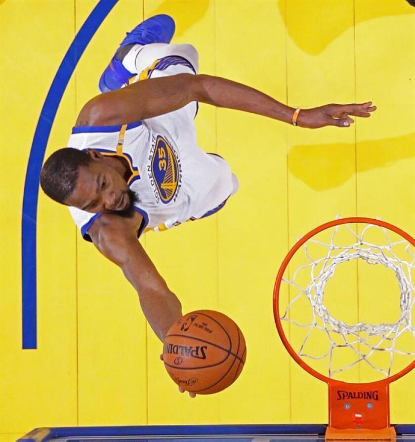 En la imagen un registro de Kevin Durant, alero estrella de los Warriors de Golden State, quien aportó un triple-doble de 35 puntos, 11 rebotes y 10 asistencias en el triunfo de su equipo 87-101 sobre los Hornets de Charlotte. EFE/Archivo