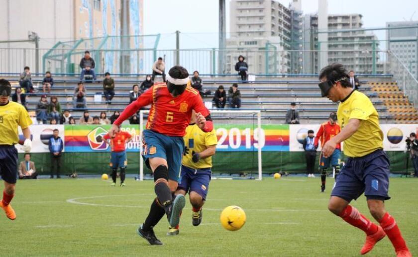Un jugador español dispara a puerta en el torneo World Grand Prix de fútbol para ciegos que se disputa entre el 19 y el 24 de marzo en Tokio. EFE