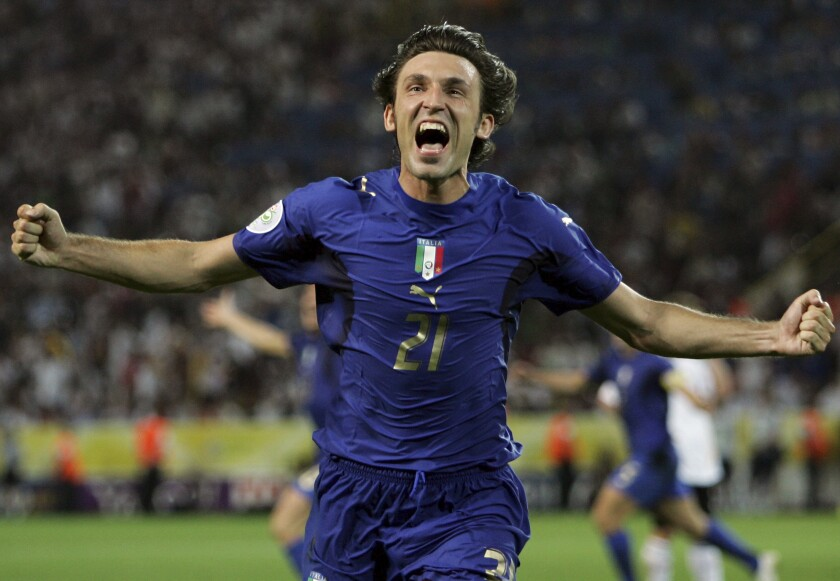 El volante de Italia Andrea Pirlo festeja el gol de su compañero Fabio Grosso