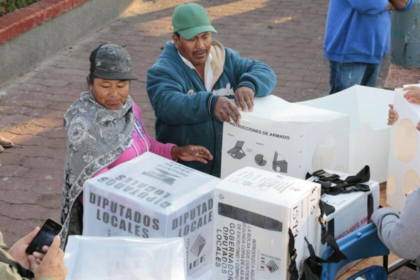 Ciudadanos del municipio de Pachuca, del estado mexicano de Hidalgo emiten su voto. EFE/Archivo