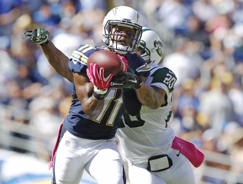 Chargers Eddie Royal catches a pass in the 2nd quarter in front of Jets Kyle Wilson.