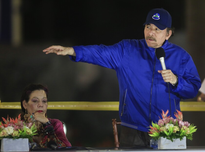 ARCHIVO - En esta fotografía de archivo del 21 de marzo de 2019, el presidente de Nicaragua, Daniel Ortega, habla junto a la primera dama y la vicepresidenta Rosario Murillo durante la ceremonia de inauguración de un paso elevado de la carretera en Managua, Nicaragua. (AP Foto/Alfredo Zuniga, Archivo)