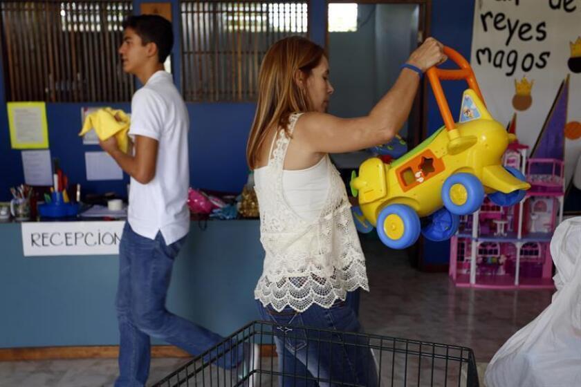Varias personas son vistas con juguetes para sus niños en San Juan, Puerto Rico. EFE/Archivo