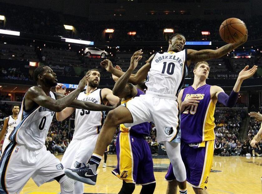 El jugador de Grizzlies Troy Williams (2-d) agarra un rebote ante la marca de JaMychal Green (d), de Lakers, hoy, sábado 3 de diciembre de 2016, durante un partido entre Lakers y Grizzlies por la NBA en el FedExForum de Memphis, Tennessee (EE.UU.). EFE