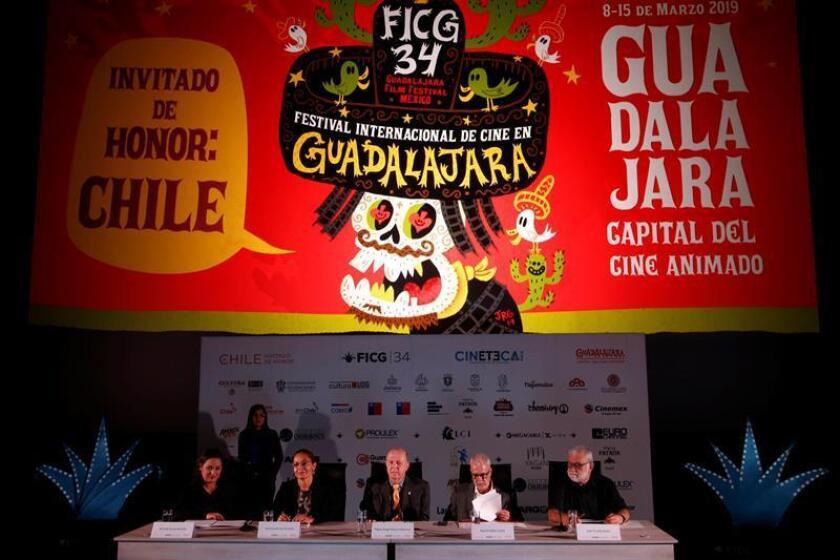 De izquierda a derecha: la directora general del Festival Internacional de Cine en Guadalajara (FICG), Estrella Araiza; la ministra consejera de la Embajada de Chile en México, Verónica Rocha; el rector general de la Universidad de Guadalajara (UDG), Miguel Ángel Navarro; el presidente del Patronato del FICG, Raúl Padilla López; y el director general de Tv UNAM, Iván Trujillo, participan este martes en una rueda de prensa en Guadalajara (México). EFE