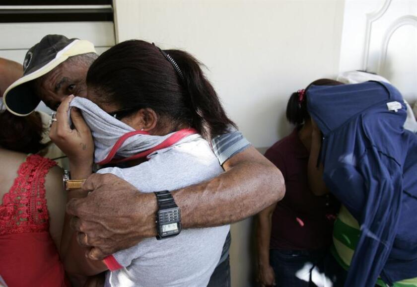Varias personas indocumentadas cubren sus rostros durante la presentación en Puerto Rico. EFE/Archivo