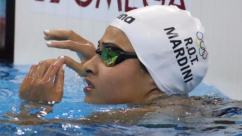 Yusra Mardini comprueba el marcador después de ganar una eliminatoria de los 100 metros mariposa de la categoría femenina, este sábado en Río de Janeiro (Robert Gauthier/Los Angeles Times).
