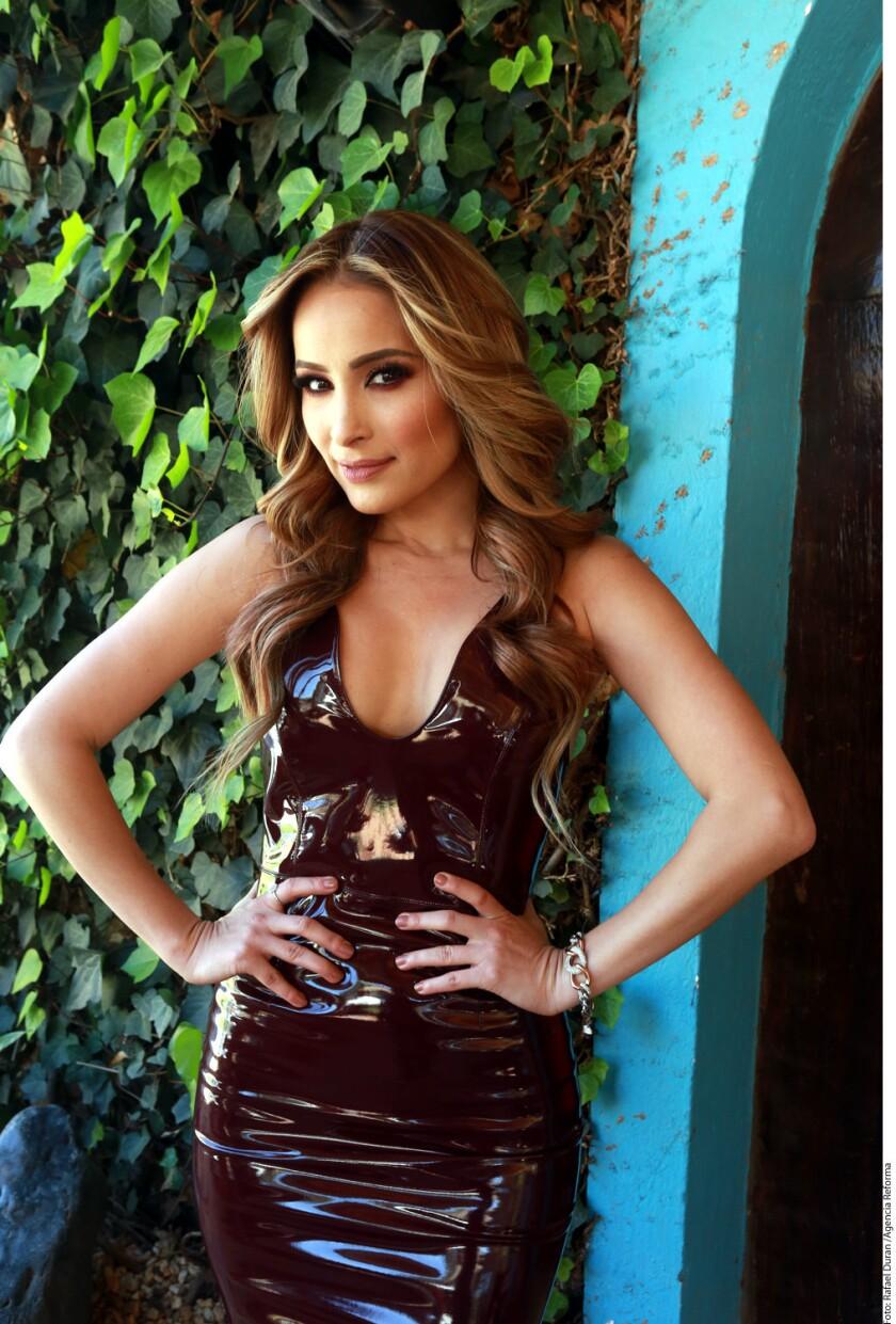 """""""Conquístame"""" es el nuevo sencillo con el cual Cynthia retoma su carrera como solista y fortalece su faceta como cantante de banda."""