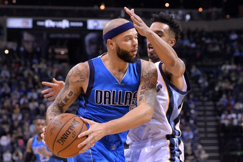 Dallas Mavericks guard Deron Williams, left, drives against Memphis Grizzlies guard Courtney Lee in the first half of an NBA basketball game Saturday, Feb. 6, 2016, in Memphis, Tenn. (AP Photo/Brandon Dill)