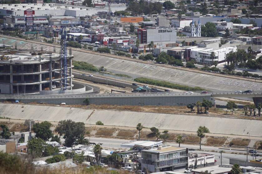El río Tijuana atraviesa la ciudad de Tijuana y llega a San Diego.