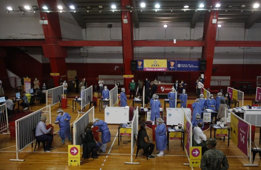 Las enfermeras inyectan a los trabajadores de la salud la vacuna rusa Sputnik V