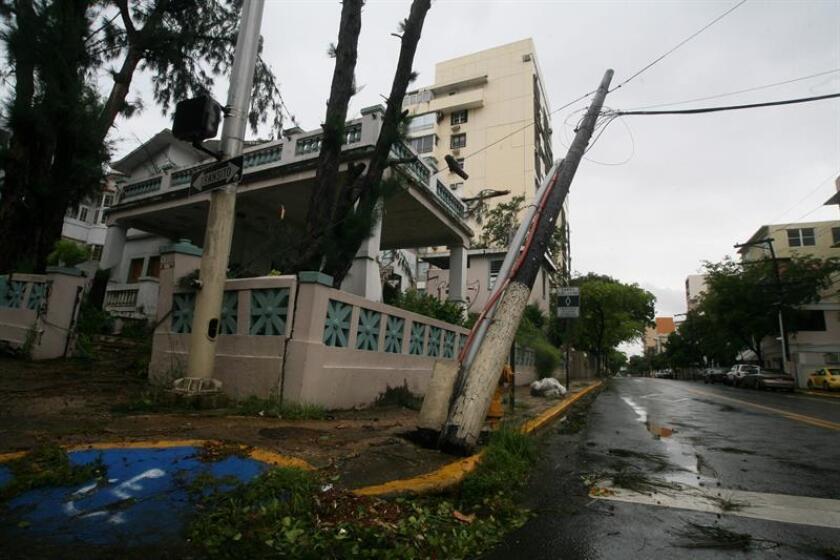 El paso de una onda tropical por Puerto Rico ha causado fuertes lluvias y generado deslizamientos de tierra, interrupciones en el servicio eléctrico e inundaciones, informaron hoy las autoridades.