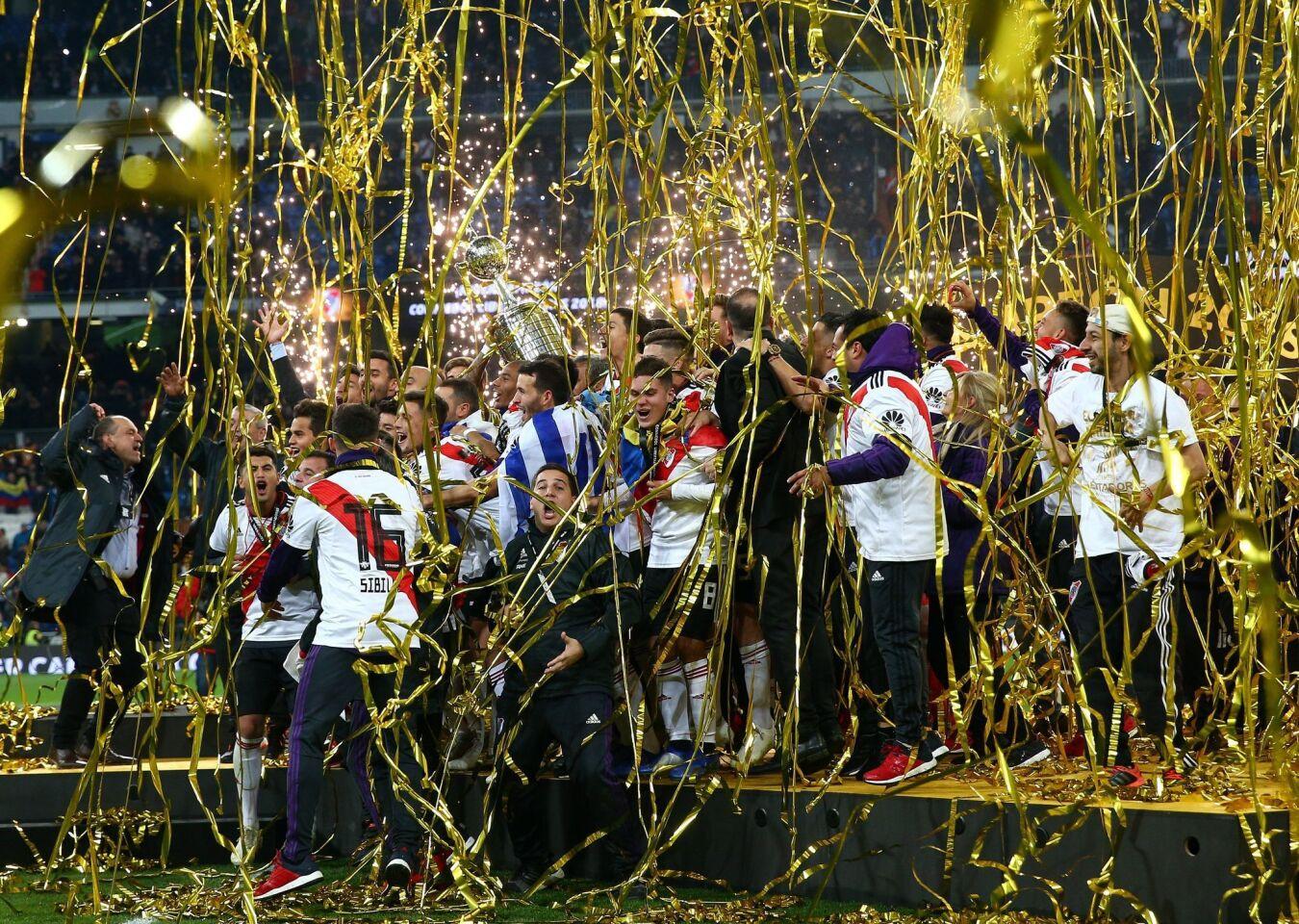 Los jugadores del River Plate celebran el triunfo de la final de la Copa Libertadores al ganar 3 a 1 al Boca Juniors durante el encuentro jugado en el estadio Santiago Bernabéu.