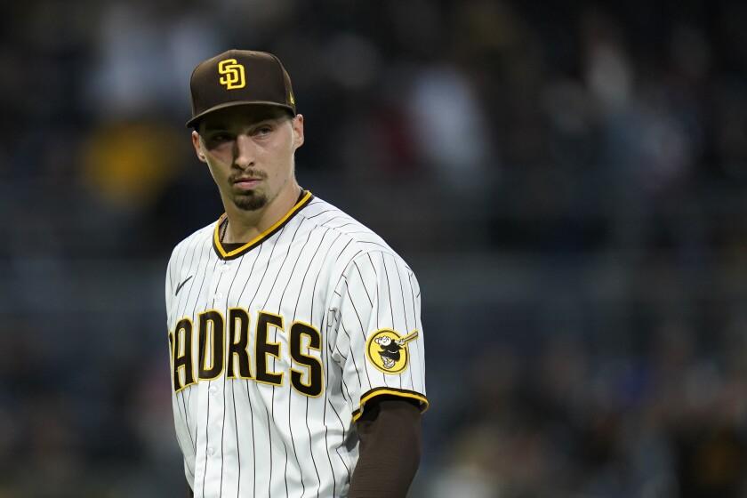 Blake Snell, de los Padres de San Diego, camina al dugout tras la quinta entrada