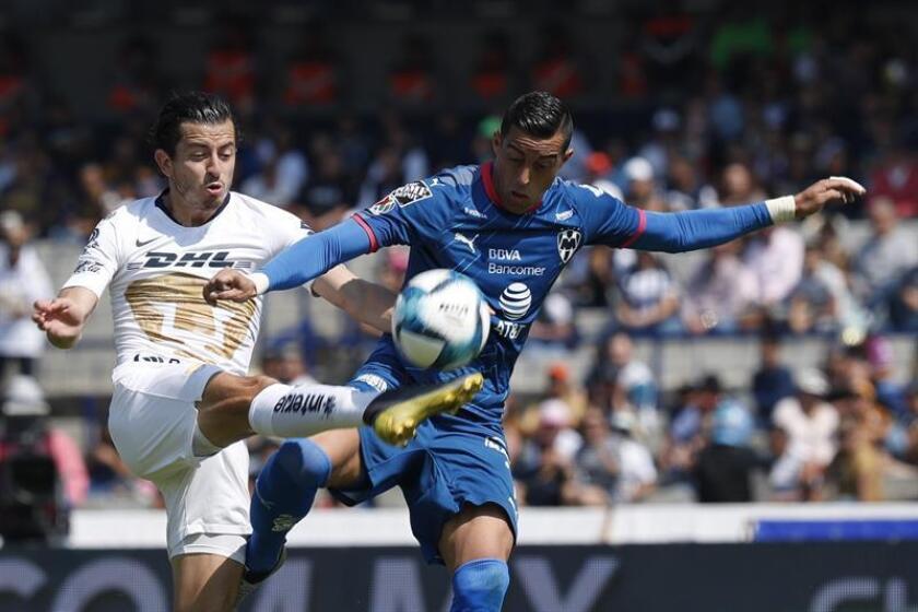El jugador de Monterrey, Rogelio Funes Mori (d), disputa la bola con Alan Mozo (i), de Pumas, este domingo, durante el juego correspondiente a la jornada 5 del torneo mexicano de fútbol celebrado en el estadio Olímpico Universitario en Ciudad de México (México). EFE
