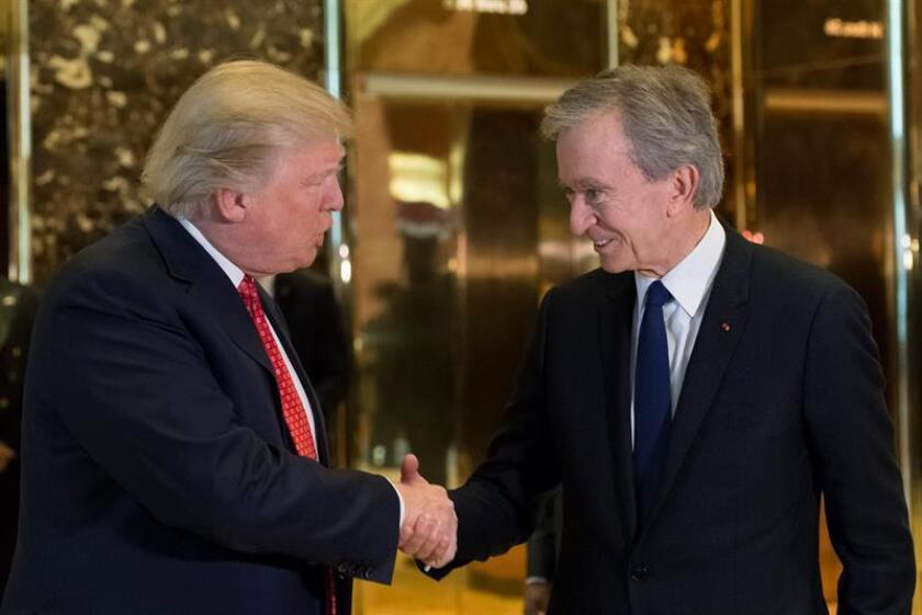 El presidente electo estadounidense, Donald Trump (i) estrecha la mano del presidente de LVMH, Bernard Arnault (d) en el vestíbulo de la Trump Tower de Nueva York. EFE/POOL