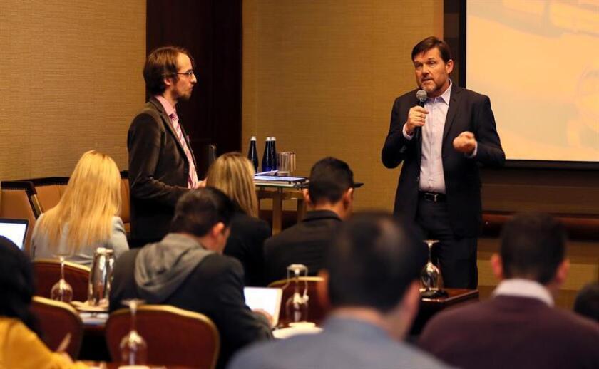 El presidente de Roche Pharma Latinoamérica, Rolf Hoenger (d), presenta a Martin Koehring (i), editor en jefe y líder en salud global de la Unidad de Inteligencia de The Economist, durante un evento hoy, lunes 17 de septiembre de 2018, en Bogotá (Colombia). EFE