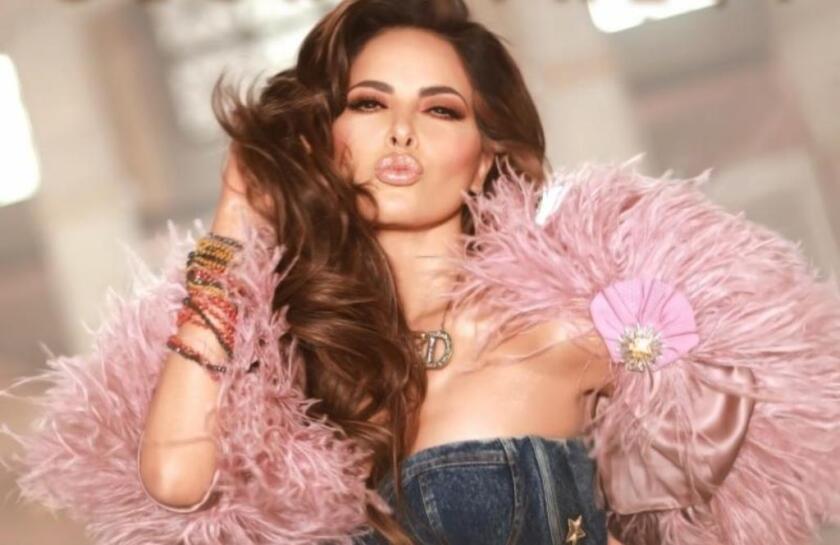 """La cantante mexicana en una imagen promocional de su nuevo sencillo """"Me lloras""""."""