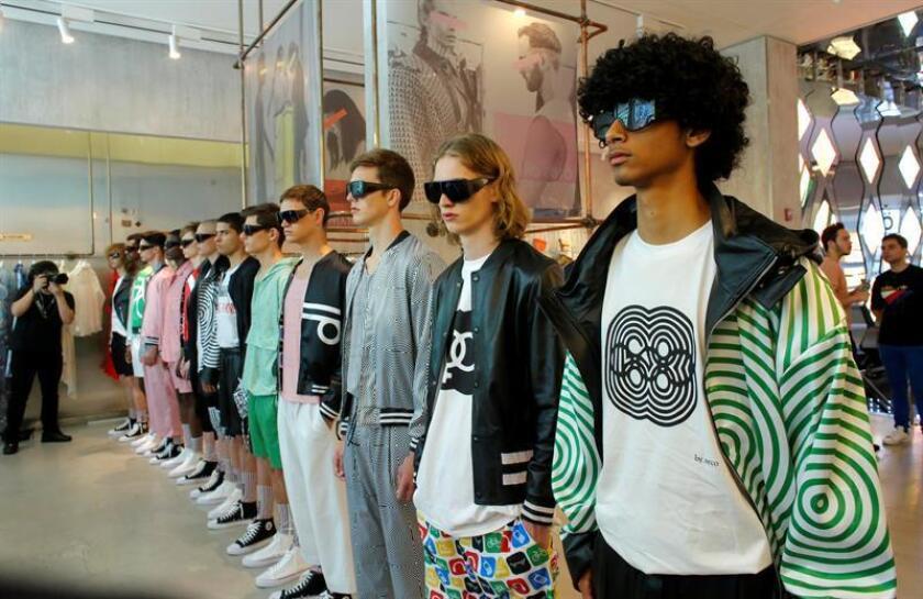Modelos lucen creaciones de la nueva colección primavera-verano del diseñador mexicano Ricardo Seco hoy, lunes 9 de julio de 2018, al inicio de la Semana de la Moda para Hombres, en Nueva York (EE.UU.). EFE