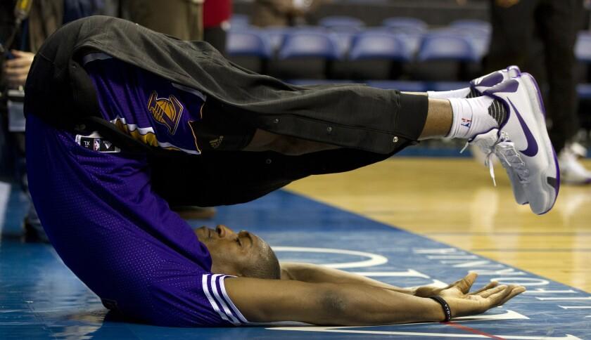 El alero de los Lakers, Metta World Peace hace lo que sea para aportar a su equipo.
