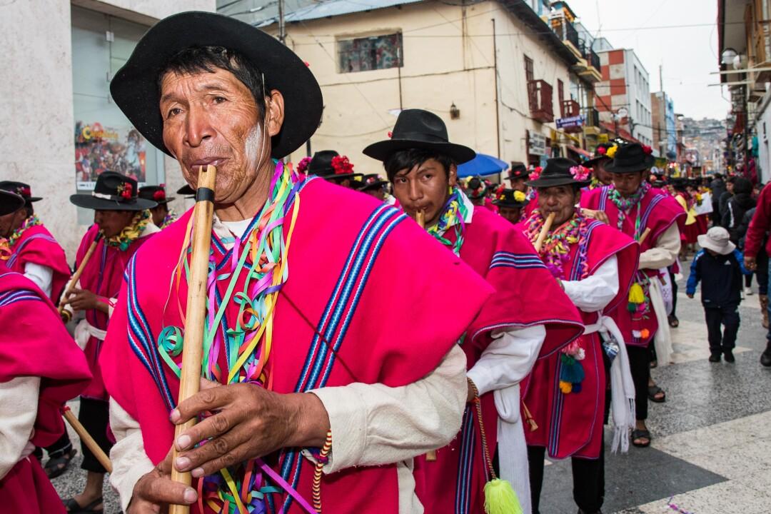 Las comparsas o conjuntos de músicos y danzantes están compuestos por hombres y mujeres de todas las edades.