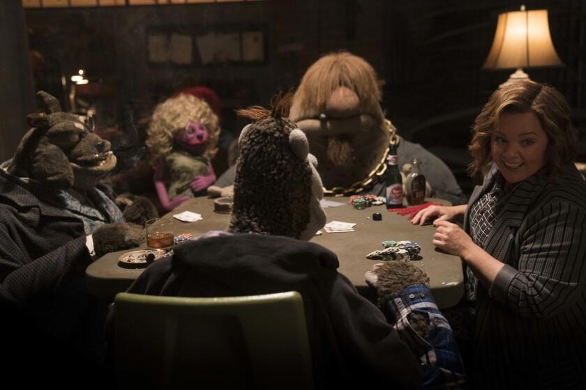 """Melissa McCarthy en una escena de """"The Happytime Murders"""", una cinta que introduce a las marionetas de 'Los Muppets' en una comedia para adultos."""